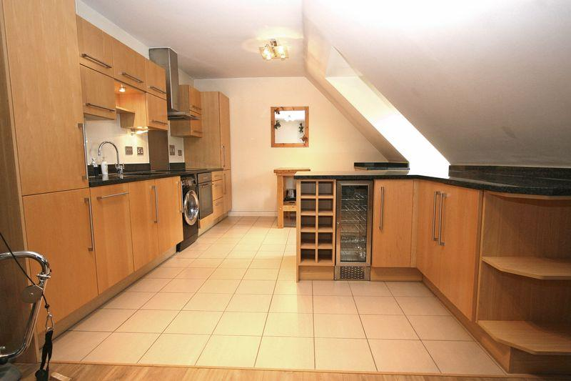 2 Bedrooms Apartment Flat for sale in Cranwells Lane, Farnham Common SL2