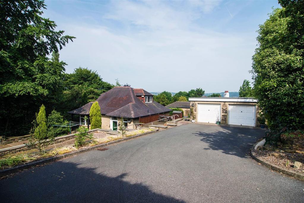 3 Bedrooms Detached Bungalow for sale in Somerset Road / Almondbury Bank, Almondbury, Huddersfield, HD5 8EL