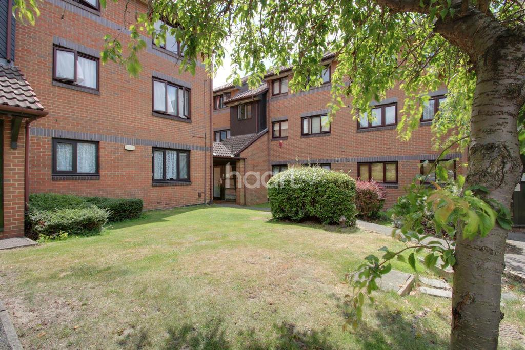 2 Bedrooms Flat for sale in Capstan Close, Chadwell Heath