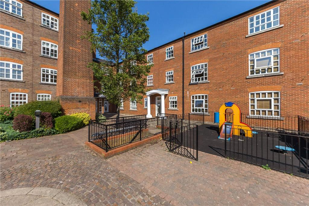 2 Bedrooms Flat for sale in Milliners Court, St. Albans, Hertfordshire