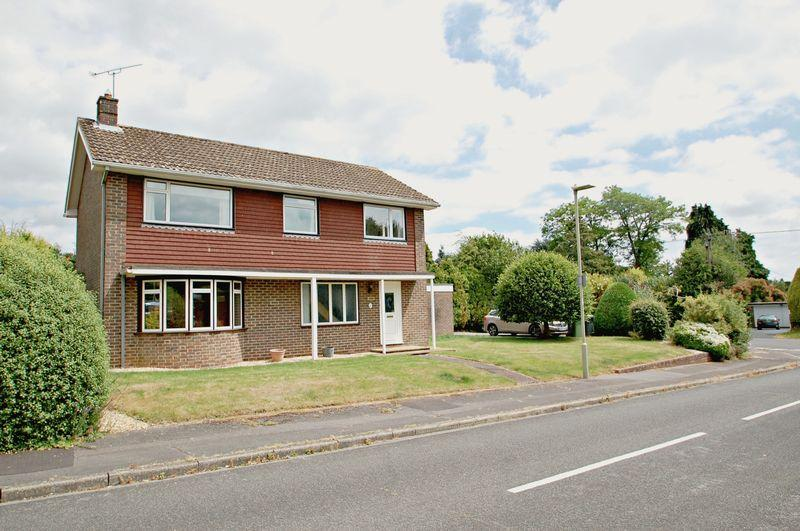 4 Bedrooms Detached House for sale in Merryfield Road, PETERSFIELD, Hampshire, GU31