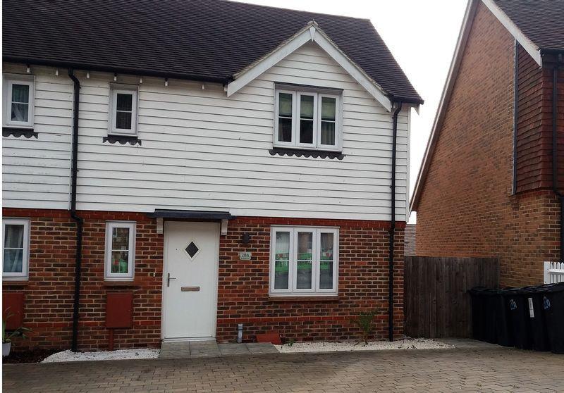 3 Bedrooms Terraced House for sale in Green Fields Lane, Ashford