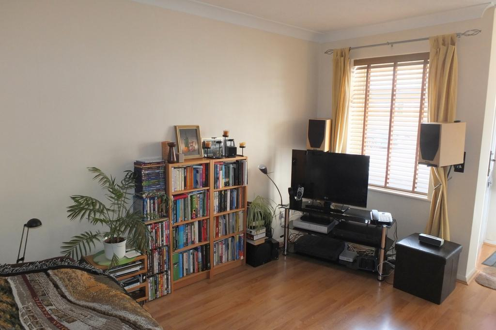 1 Bedroom Flat for sale in Cedar Way, Haywards Heath, RH16