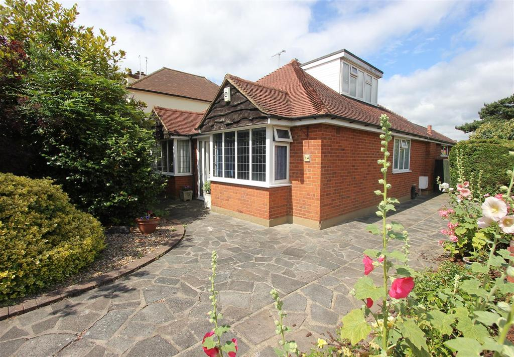 3 Bedrooms Chalet House for sale in Kilworth Avenue, Shenfield, Brentwood