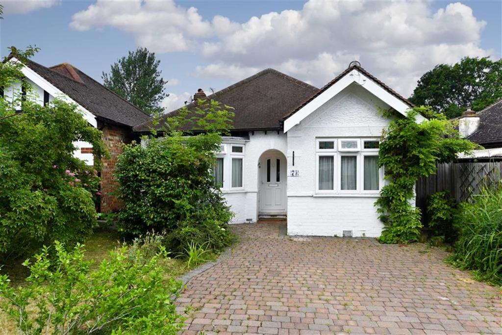 3 Bedrooms Detached Bungalow for sale in St Clair Drive, Worcester Park, Surrey