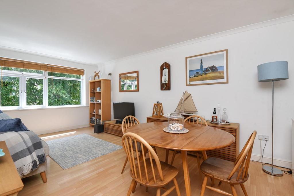 2 Bedrooms Flat for sale in Bishops Green, Upper Park Road, Bromley, BR1