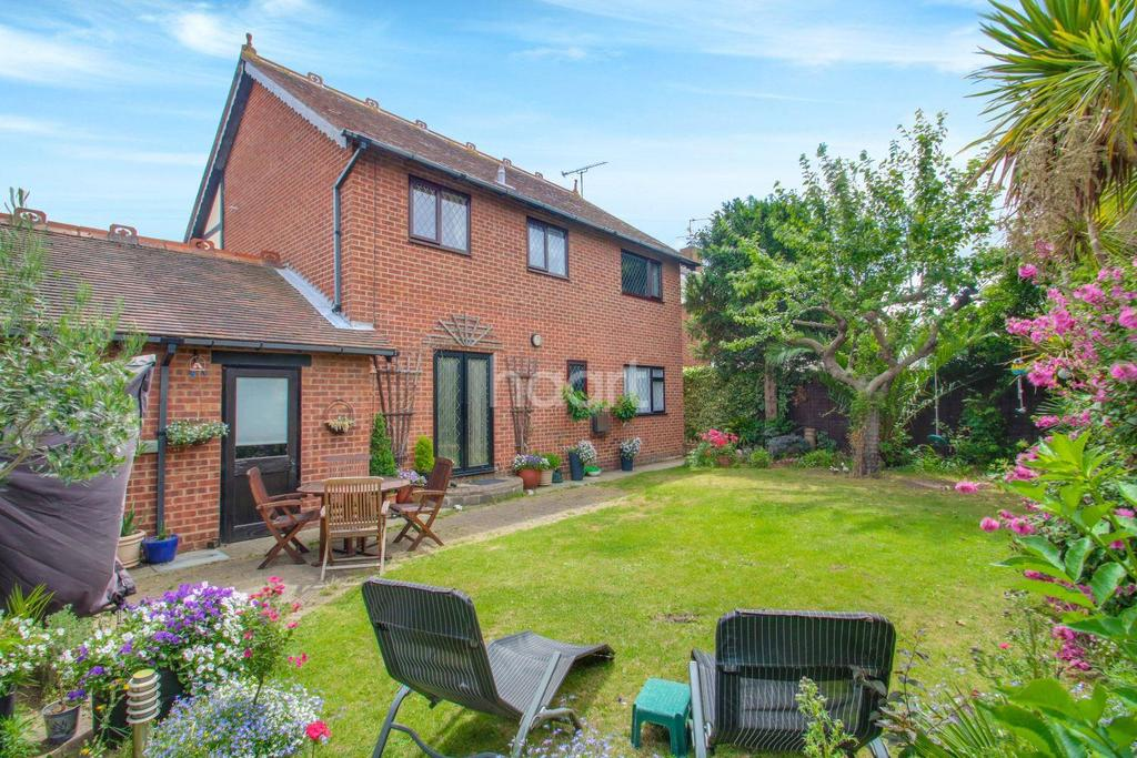 4 Bedrooms Detached House for sale in Gifhorn Road, Canvey Island
