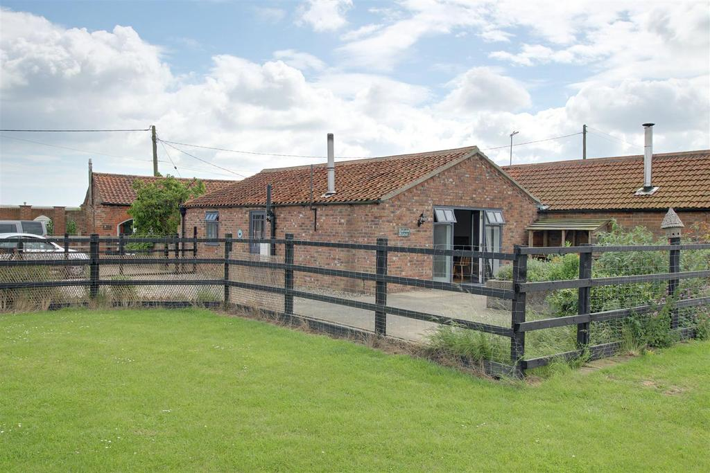 2 Bedrooms Detached Bungalow for sale in Swallowtail Cottage, Crabtree Lane, Sutton-On-Sea
