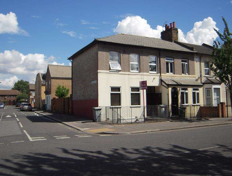 2 Bedrooms Flat for sale in Chobham Road, London, Greater London. E15