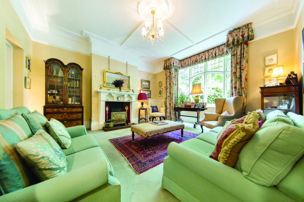 4 Bedrooms Terraced House for sale in Clapham Common West Side, SW4
