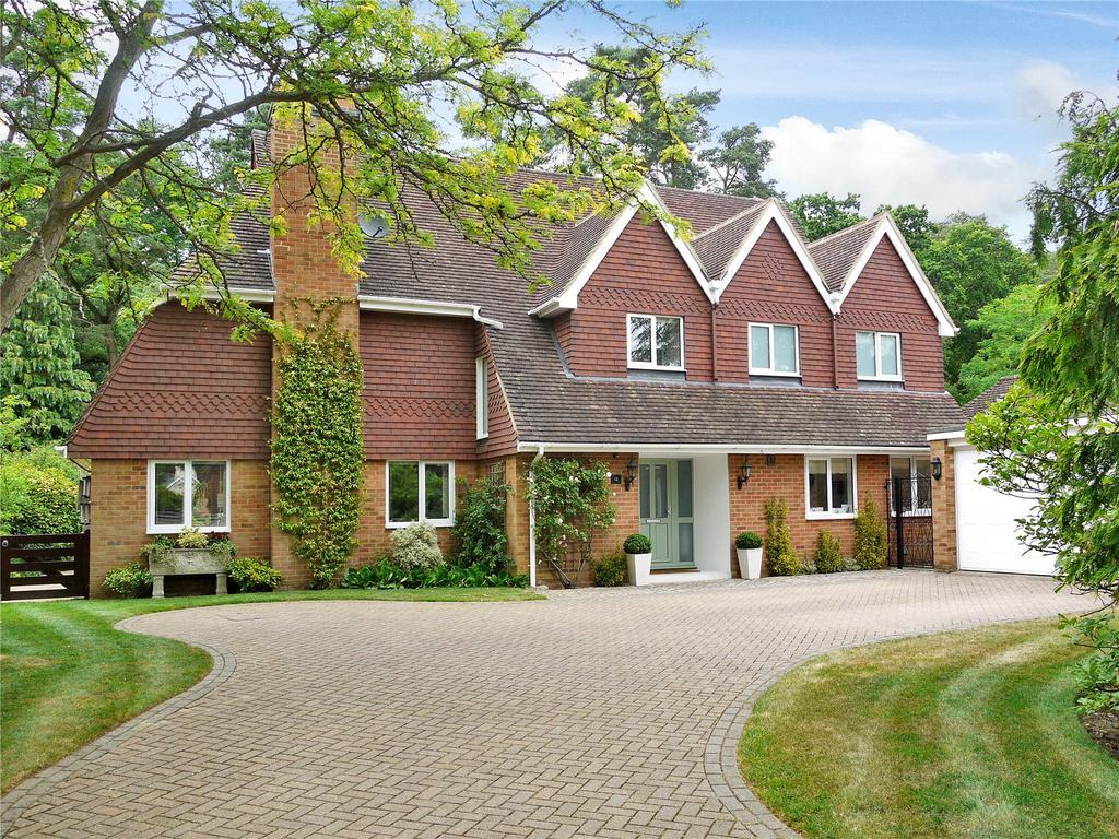 4 Bedrooms Detached House for sale in Douglas Grove, Lower Bourne, Farnham, Surrey, GU10