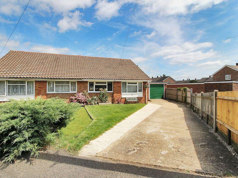 2 Bedrooms Semi Detached Bungalow for sale in Montacute Way, Uckfield