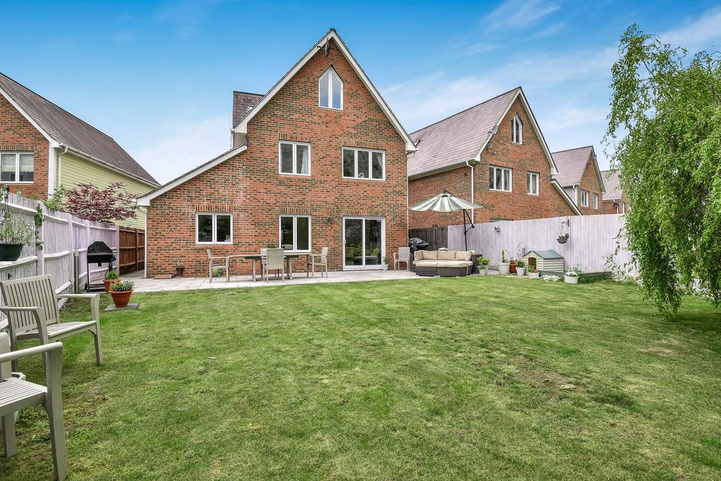 5 Bedrooms Detached House for sale in Alisander Close, Holborough Lakes