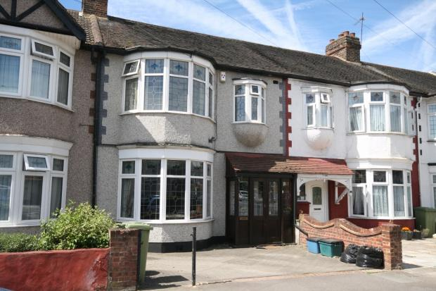 3 Bedrooms Terraced House for sale in Hamilton Avenue, Ilford, IG6