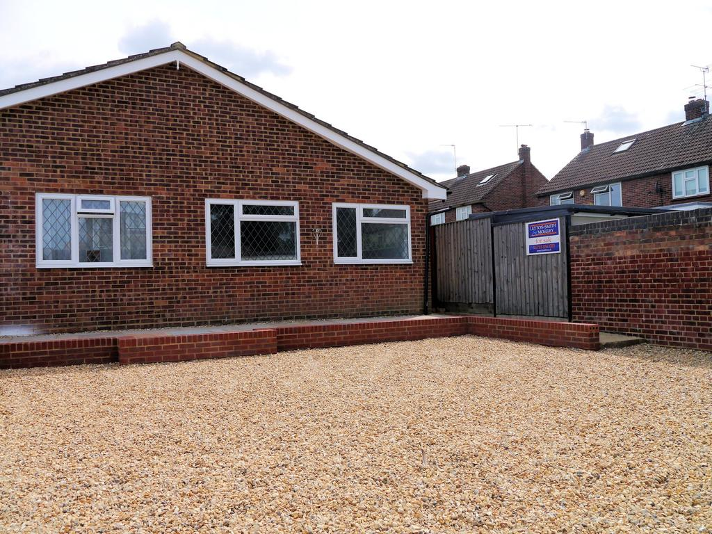 3 Bedrooms Semi Detached Bungalow for sale in Upcroft, Windsor SL4