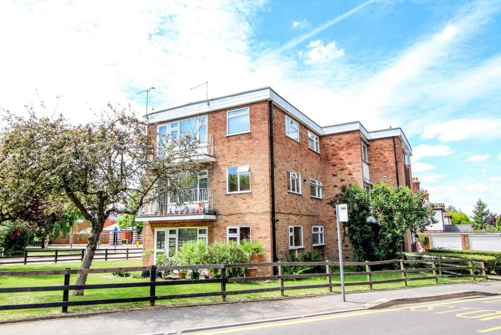 2 Bedrooms Apartment Flat for sale in Drummond Court, Doddinghurst Road, Brentwood, Essex, CM15
