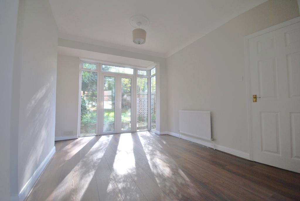 3 Bedrooms Terraced House for sale in Clayhill Crescent SE9