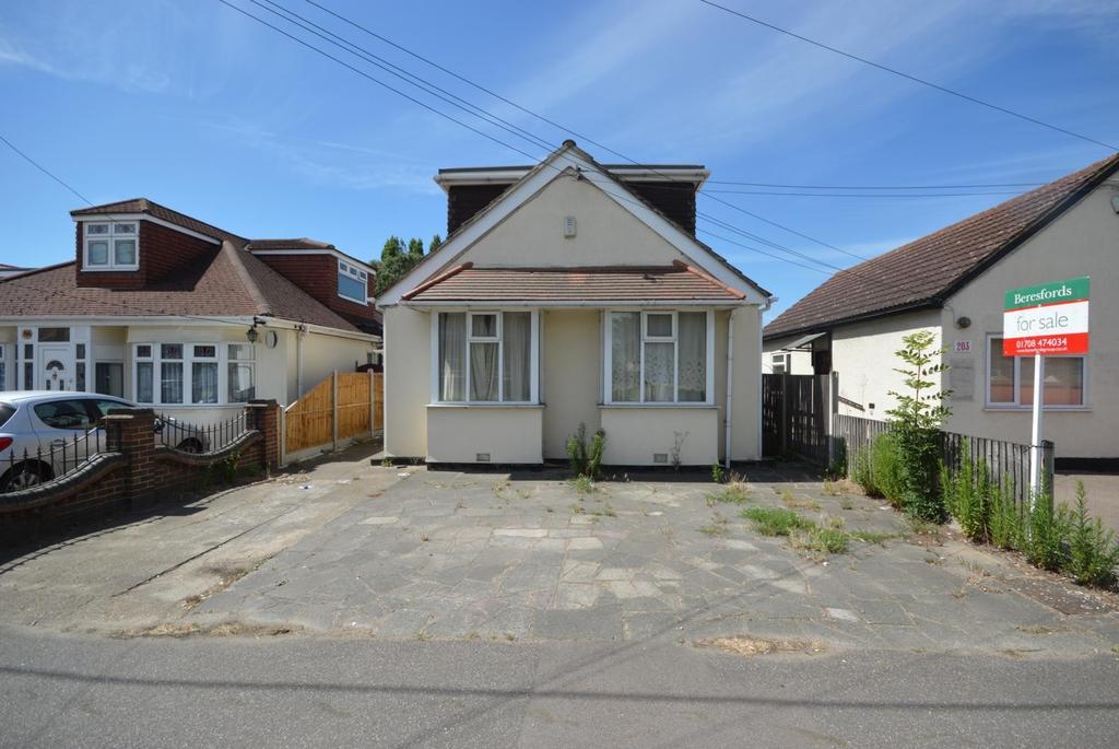 3 Bedrooms Chalet House for sale in Rainham Road, Rainham, Essex, RM13