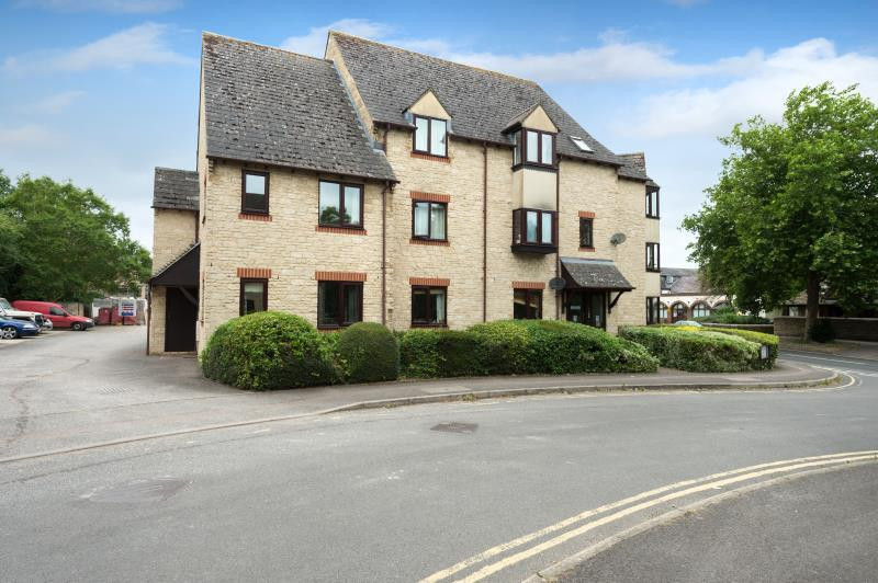 1 Bedroom Apartment Flat for sale in Flat 9, Evenlode Court, 18 Langdale Gate, Witney, Oxfordshire