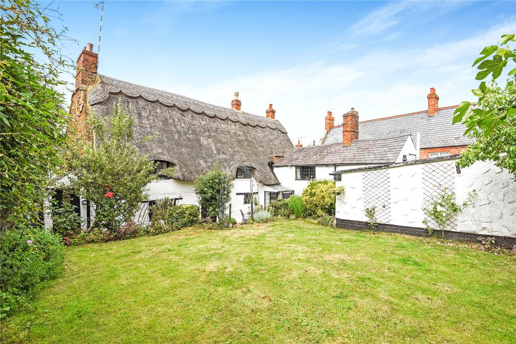 4 Bedrooms Detached House for sale in The Green, Flore, Northamptonshire, NN7