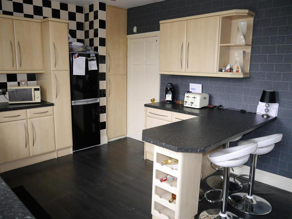 3 Bedrooms End Of Terrace House for sale in St. Helena Road, Wibsey, Bradford, BD6 1TB