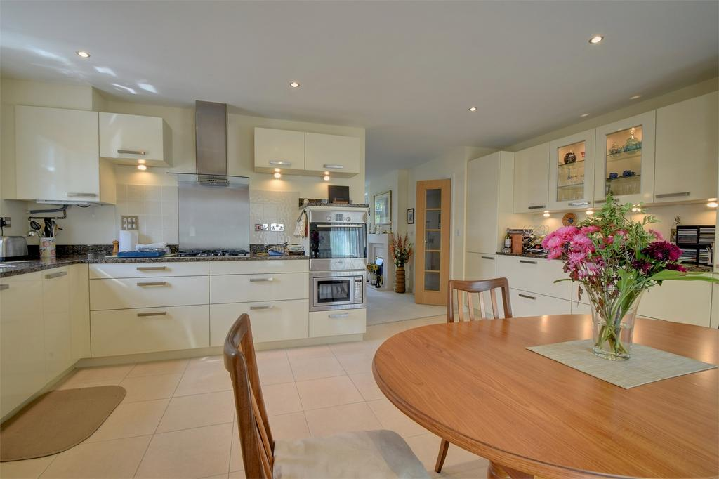 3 Bedrooms Flat for sale in Marden Way, PETERSFIELD, Hampshire