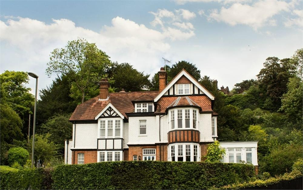 2 Bedrooms Flat for sale in Quarry Gate, Shalford Road, Guildford, Surrey