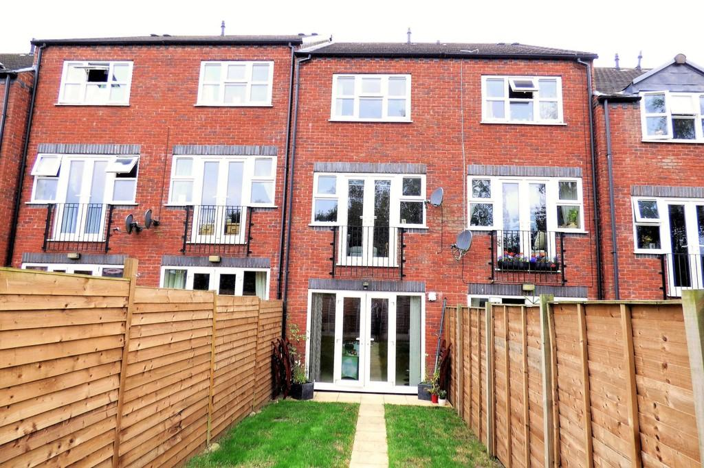 3 Bedrooms Town House for sale in Burton Road, Castle Gresley