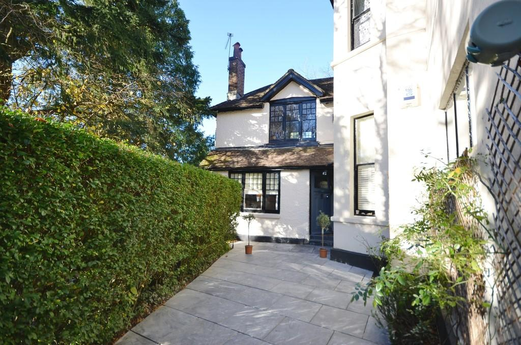 3 Bedrooms Apartment Flat for sale in Aveley Lane, Farnham