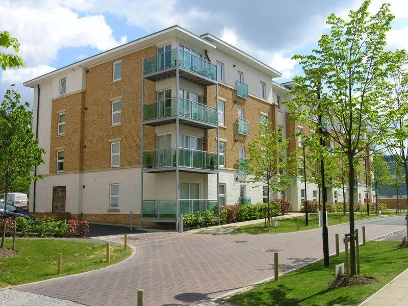 2 Bedrooms Apartment Flat for sale in LEATHERHEAD - HIGHBURY DRIVE