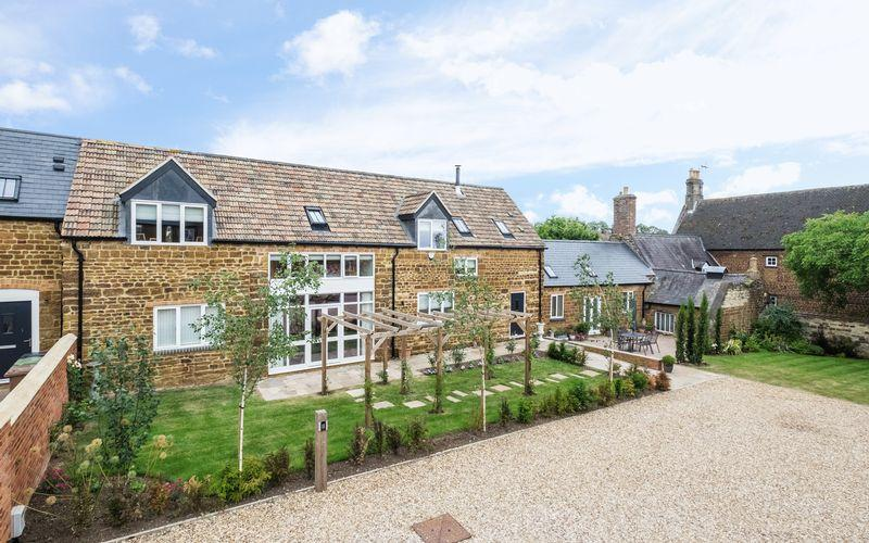 4 Bedrooms Barn Conversion Character Property for sale in The Old Barn, Orchard Court, Finedon