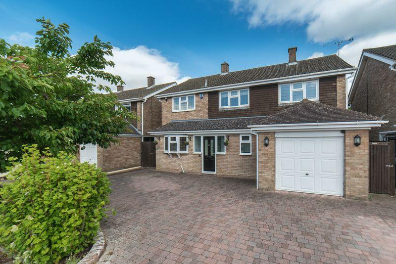 4 Bedrooms Detached House for sale in Coombe Drive, Dunstable