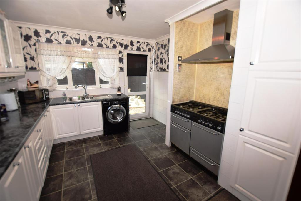 2 Bedrooms Detached Bungalow for sale in Tabora Avenue, Canvey Island