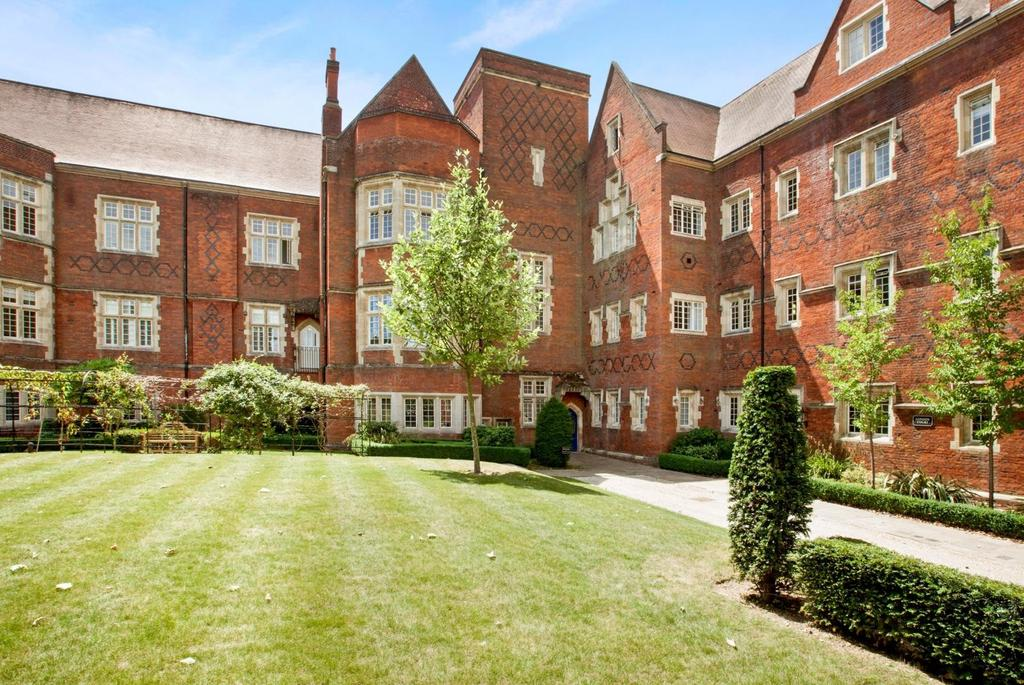2 Bedrooms Apartment Flat for sale in Kavanagh Court, The Galleries, Warley, Brentwood, Essex, CM14