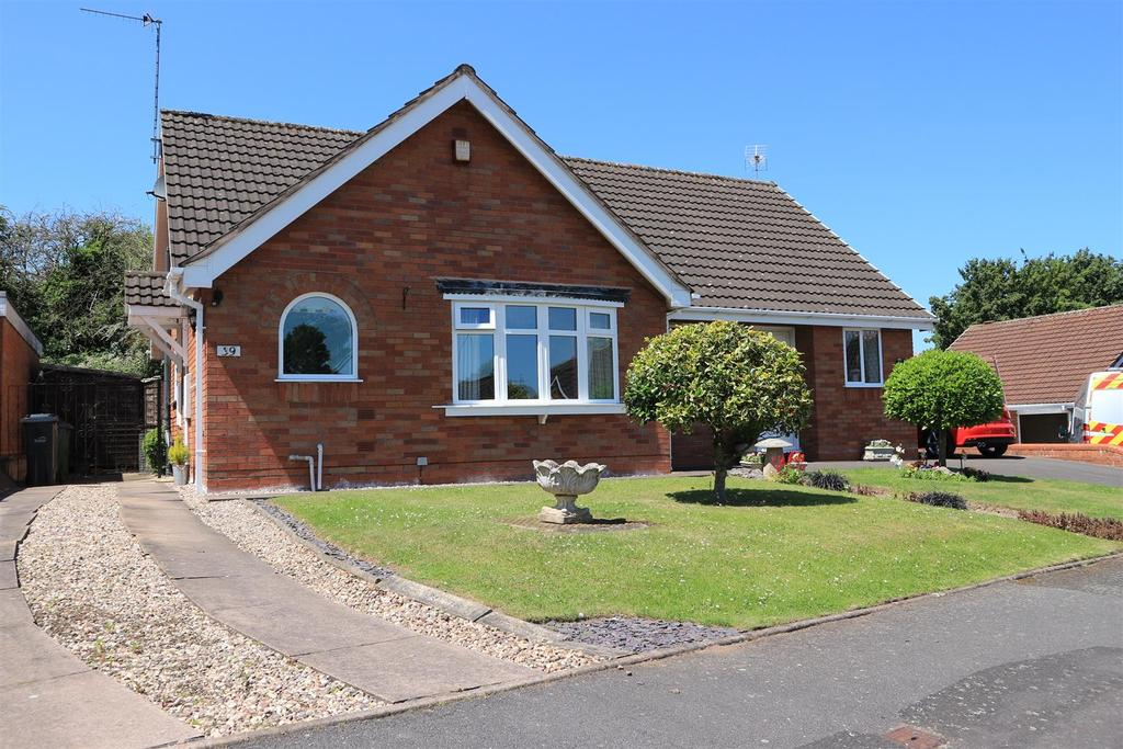 2 Bedrooms Semi Detached Bungalow for sale in 39 Hillcroft Road, Kingswinford