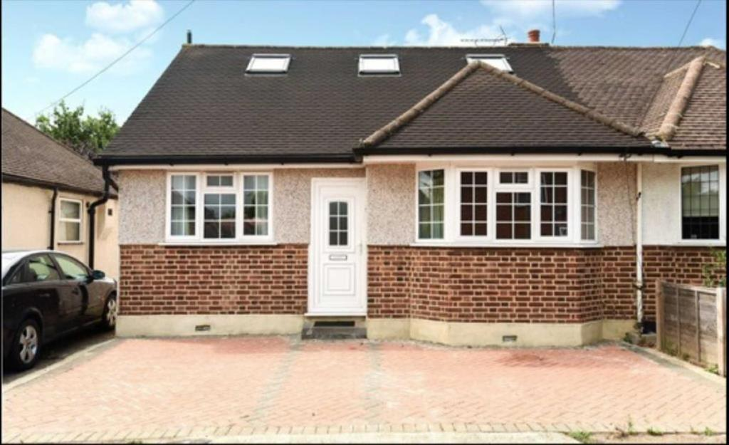 4 Bedrooms Semi Detached Bungalow for sale in Bourne Avenue, South Ruislip