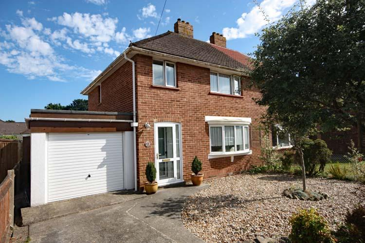 3 Bedrooms Semi Detached House for sale in Southbourne Road, Pennington, Lymington SO41