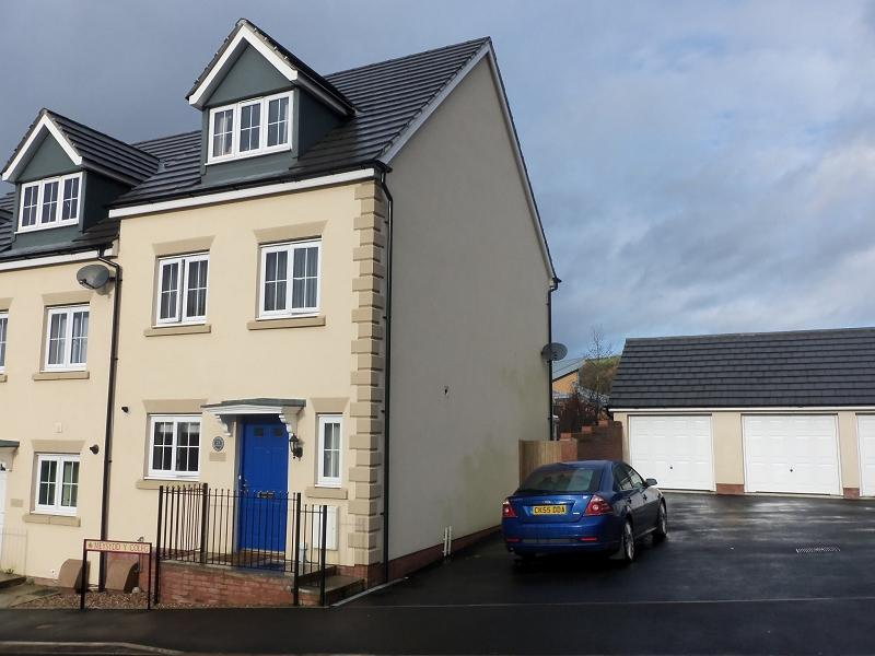 3 Bedrooms Semi Detached House for sale in Meysydd Y Coleg, Carmarthen, Carmarthenshire.