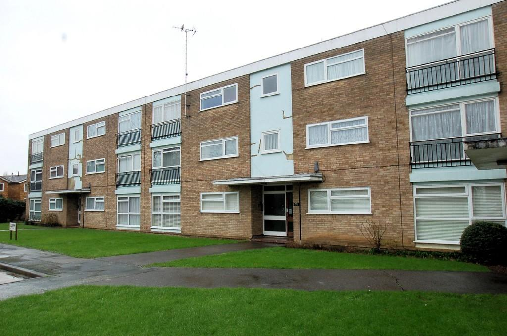 2 Bedrooms Flat for sale in St Lawrence Gardens, EASTWOOD, Essex