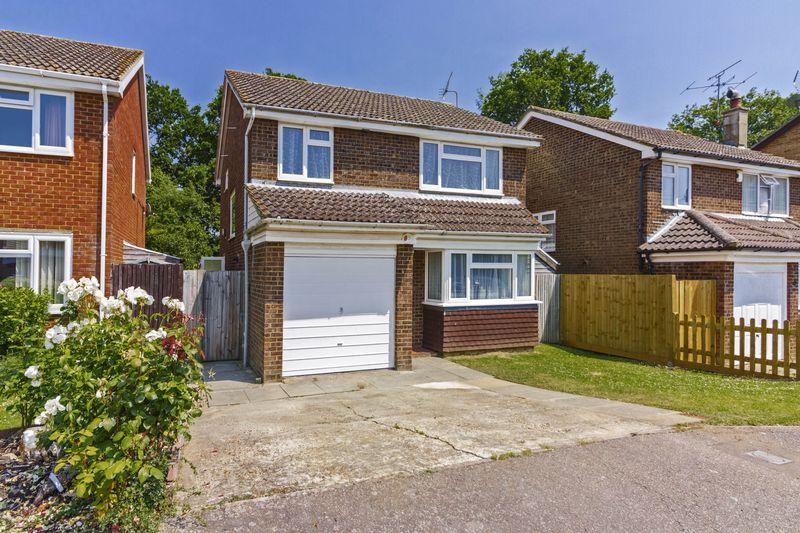 3 Bedrooms Detached House for sale in Finches Close, Horsham