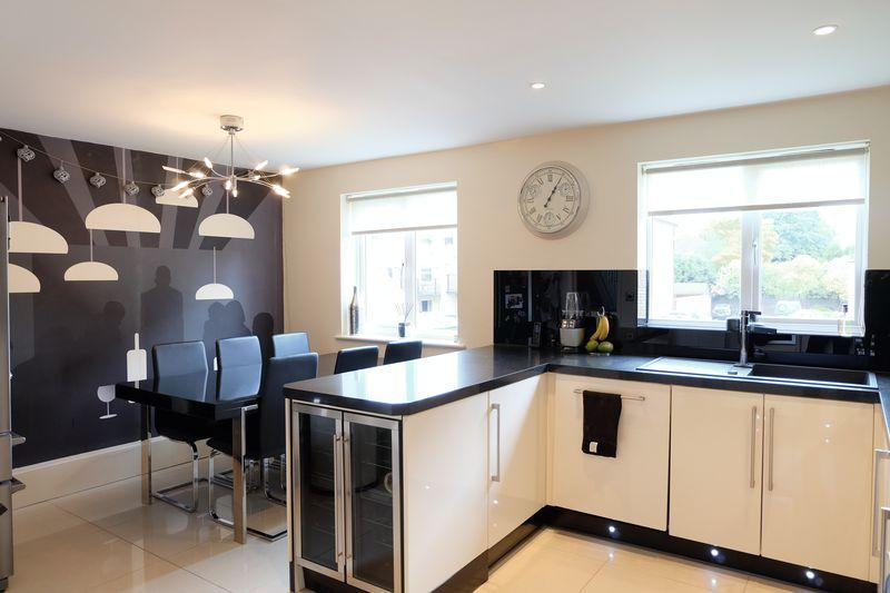 4 Bedrooms Terraced House for sale in Sandringham Drive, Bexley Park