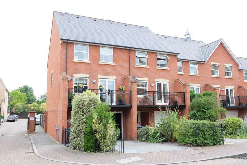 4 Bedrooms Terraced House for sale in Sandringham Drive, Bexley Park