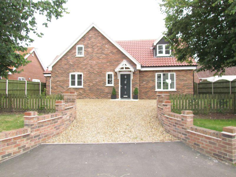 4 Bedrooms Detached Bungalow for sale in Taverham Road, Felthorpe, Norwich