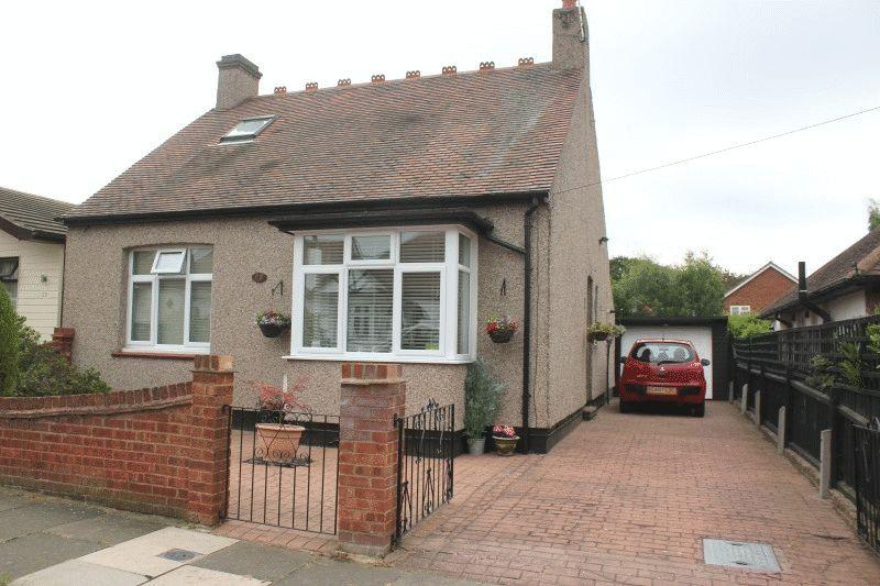 2 Bedrooms Chalet House for sale in St Georges Drive, Westcliff-On-Sea