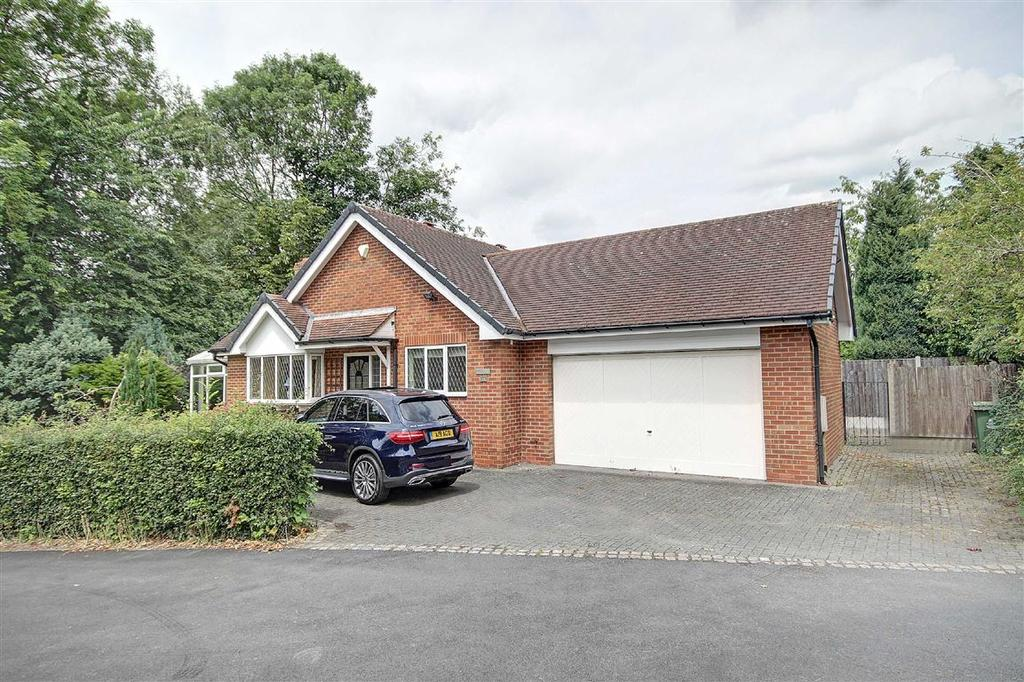 4 Bedrooms Bungalow for sale in The Drive, Hale Barns, Cheshire