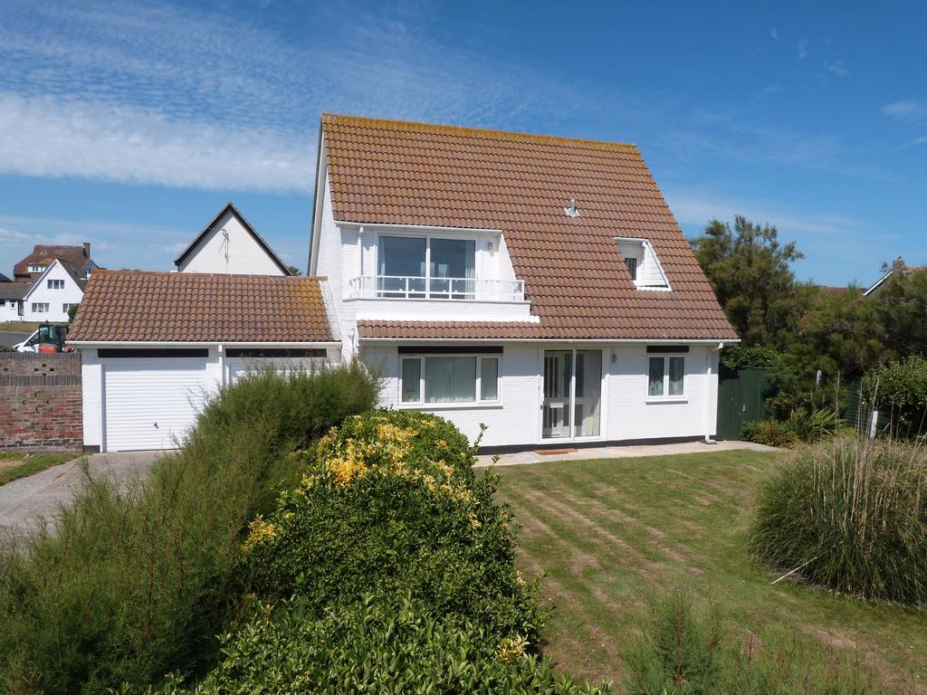4 Bedrooms Detached House for sale in Marine Gardens, Selsey