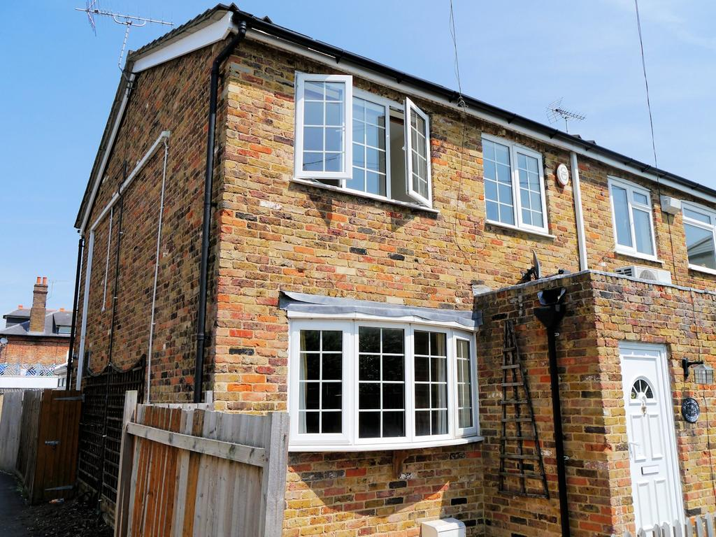 3 Bedrooms Semi Detached House for sale in Clewer Fields, Windsor SL4
