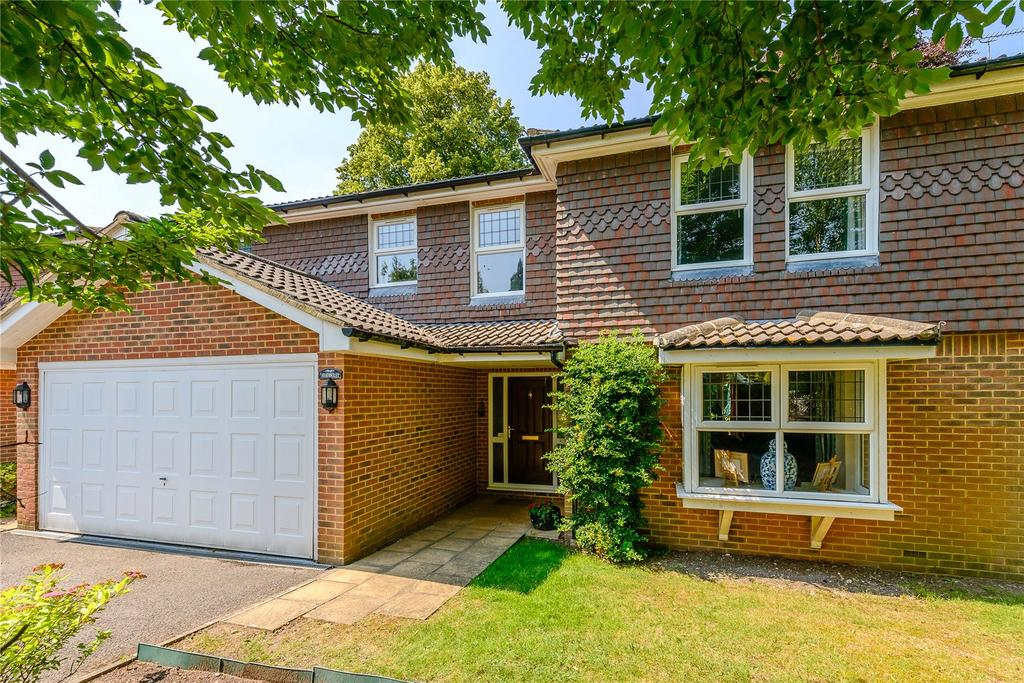 5 Bedrooms Detached House for sale in Ferndown Close, Guildford, Surrey