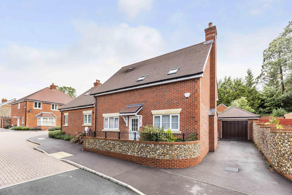 3 Bedrooms Semi Detached House for sale in Malthouse Way, Waterlooville PO8
