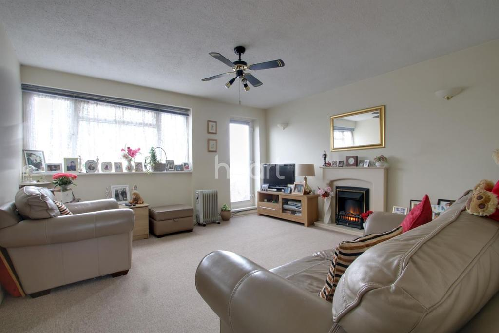 2 Bedrooms Flat for sale in The Ridgeway, Chingford, London, E4